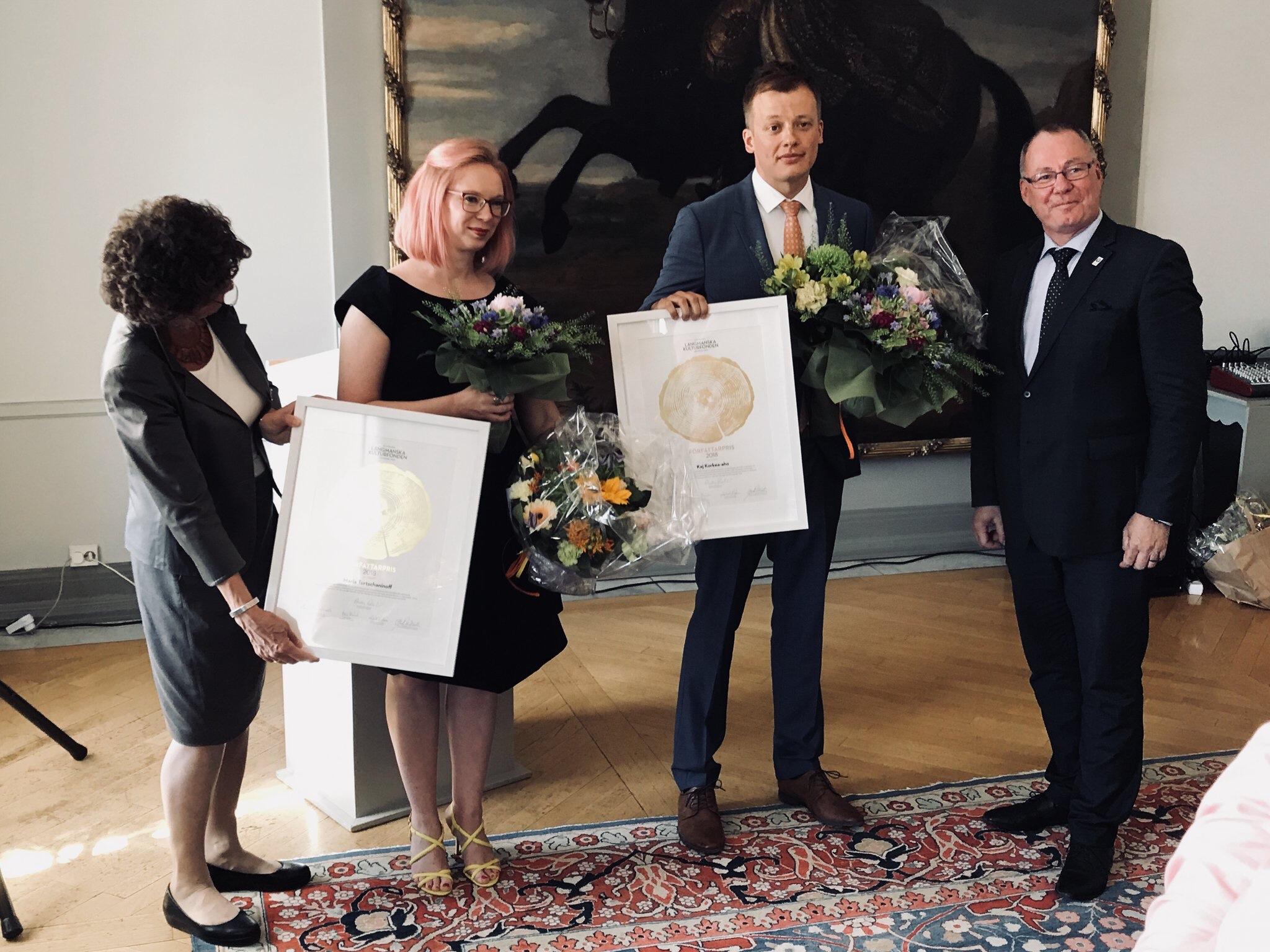 Maria Turtschaninoff och Kaj Korkea-aho mottar prisen.
